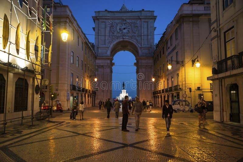 La gente che cammina in Augusta Street alla notte, Lisbona, Portogallo fotografia stock