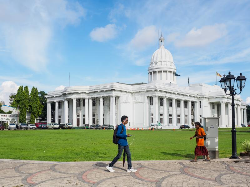 La gente che cammina Colombo City Concil Town Hall, Sri Lanka fotografia stock