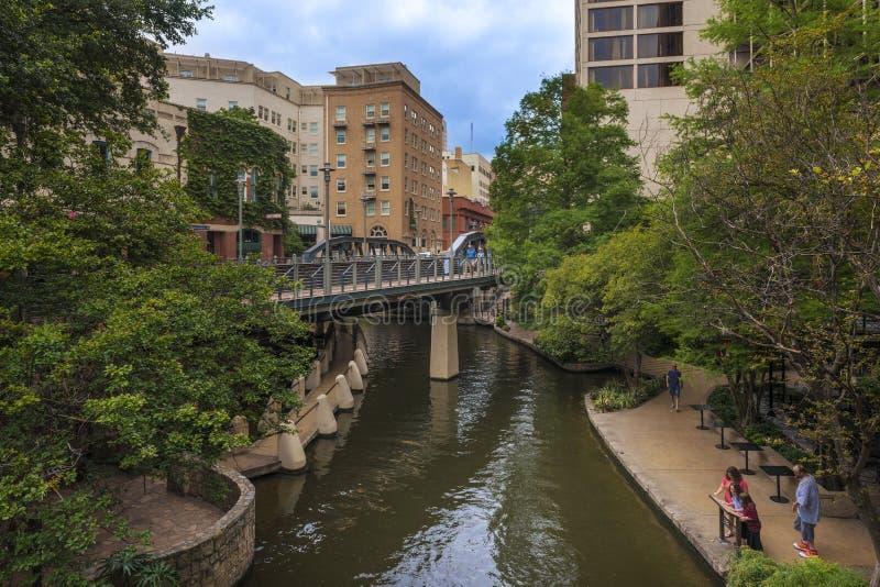 La gente che cammina dal Riverwalk nella città di San Antonio nel Texas, U.S.A. fotografia stock