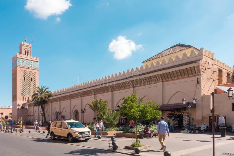 La gente che cammina davanti a Moulay El Yazid Mosque immagini stock libere da diritti