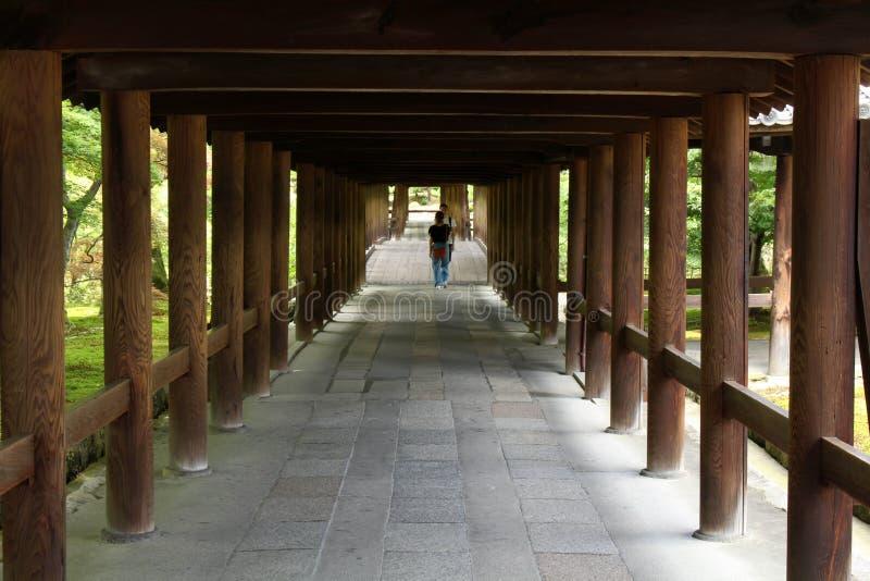 La gente che cammina dentro il tunnel di legno al complesso di Tofukuji in K immagine stock