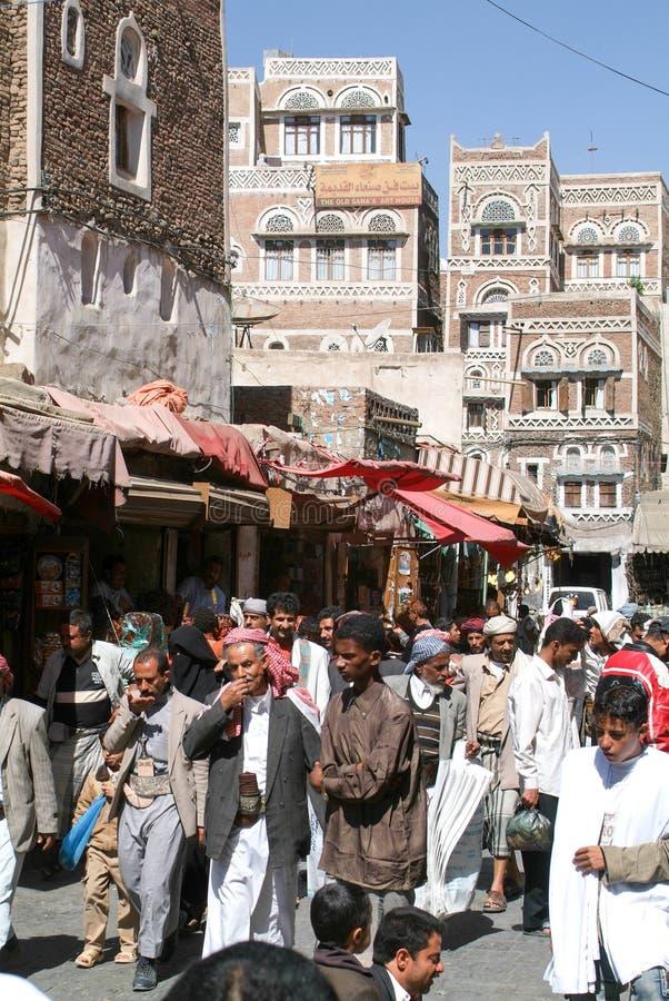 La gente che cammina e che compra sul mercato di vecchio Sana immagine stock