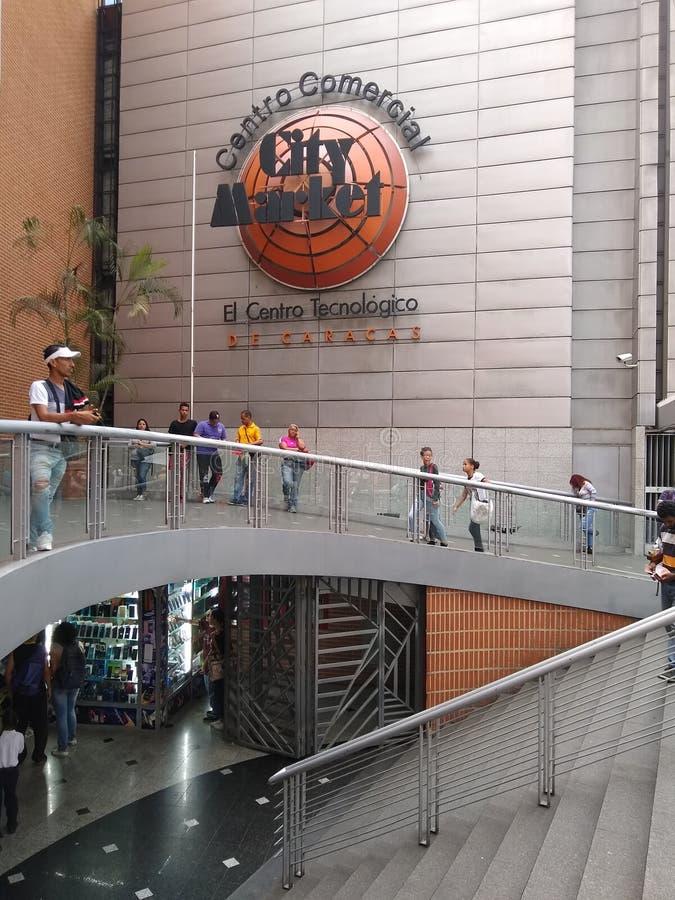 La gente che cammina e che compera lungo il centro commerciale del mercato della citt? in boulevard grande di Sabana con costruzi immagine stock libera da diritti