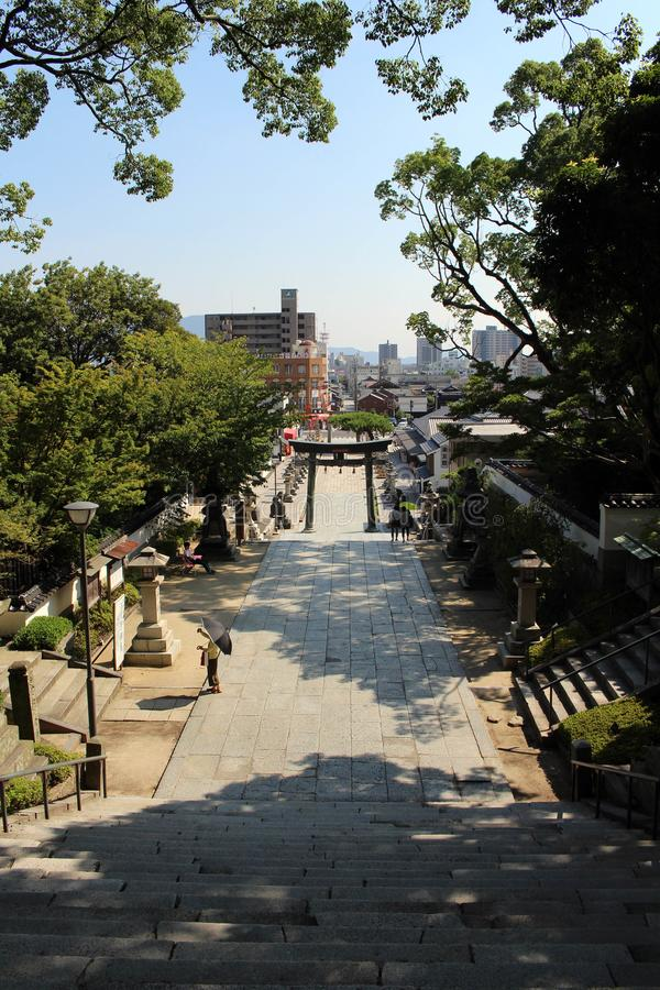 La gente che cammina giù le scale a Hofu Tenmangu shrine in Yamagu fotografia stock libera da diritti