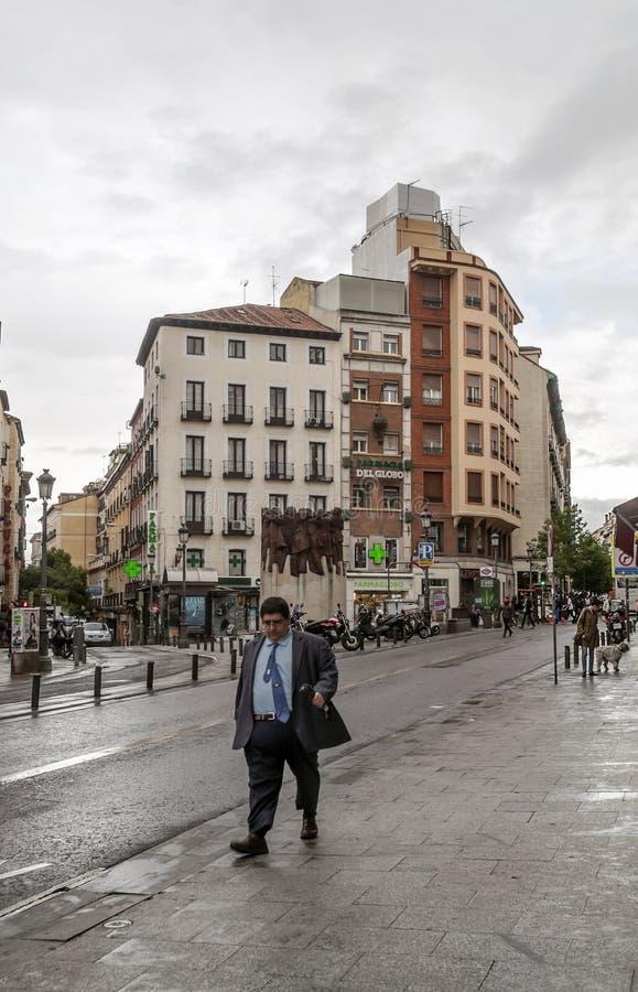 La gente che cammina giù una strada dei negozi fotografia stock libera da diritti