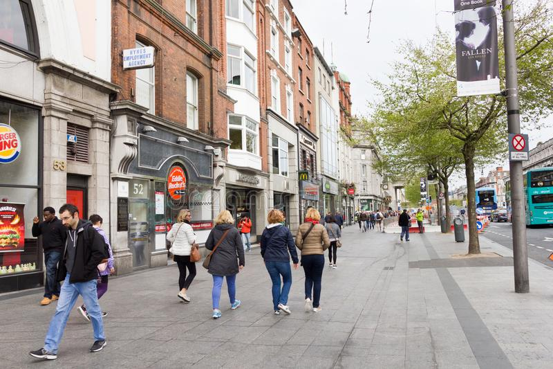 La gente che cammina in Henry Street, Dublino, Irlanda fotografia stock