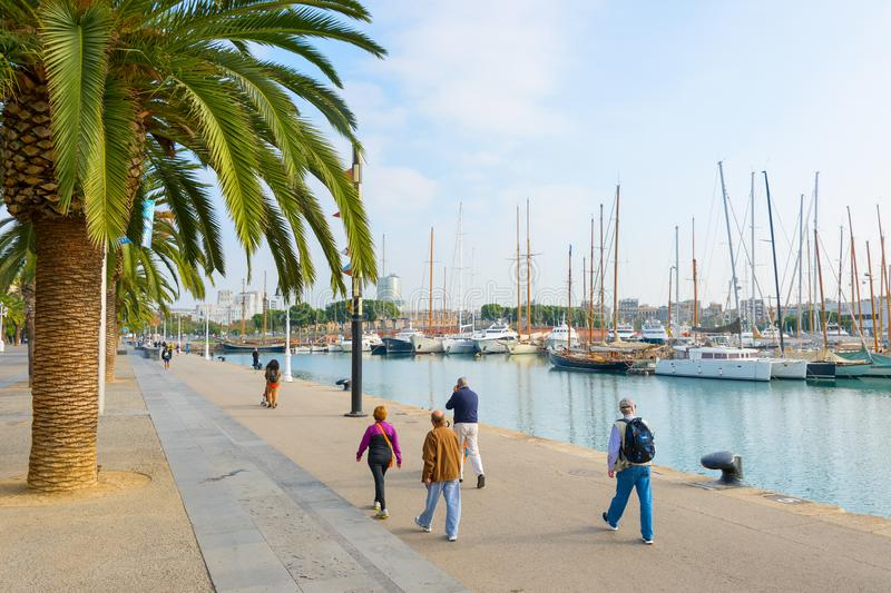 La gente che cammina il porto Vell di Barcellona fotografie stock libere da diritti