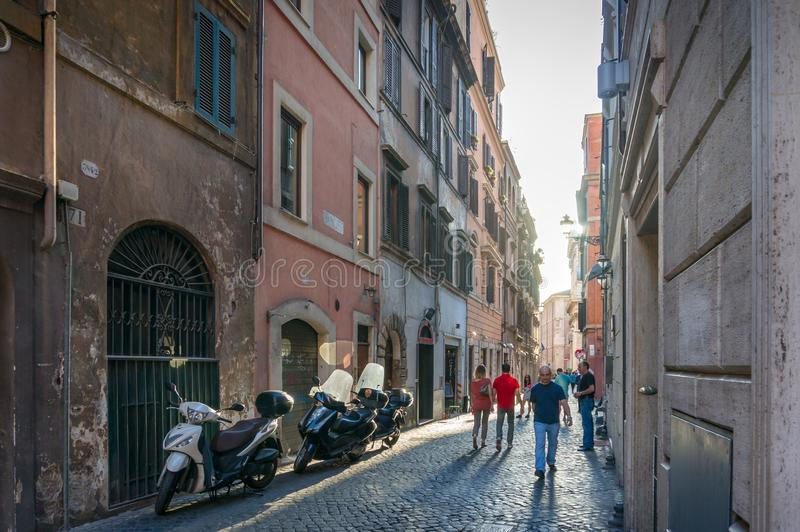 La gente che cammina le vie strette del centro storico di Roma fotografia stock libera da diritti