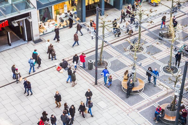 La gente che cammina lungo la via di Zeil a Francoforte, Germania immagini stock