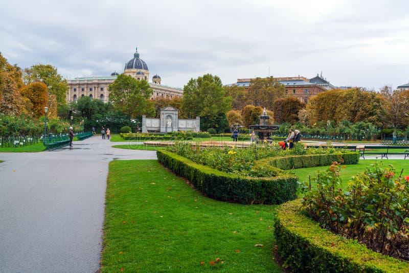 La gente che cammina nel parco pubblico o in Volksgarten principale, Vienna, Austr immagini stock