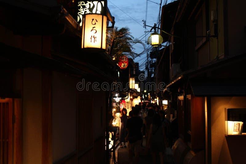 La gente che cammina nel piccolo vicolo intorno a Gion, Kyoto, Giappone immagini stock