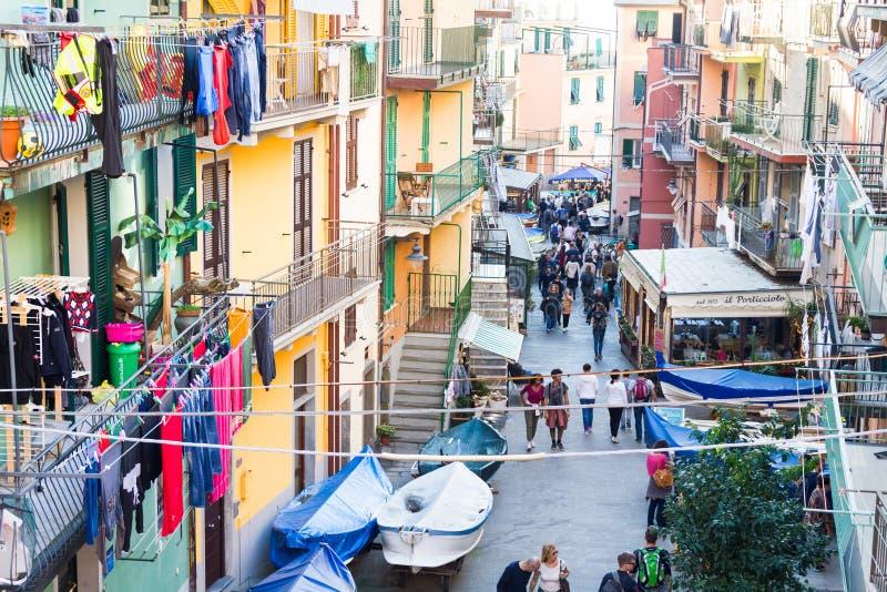 La gente che cammina nella via principale o nel Vernazza, Italia fotografia stock