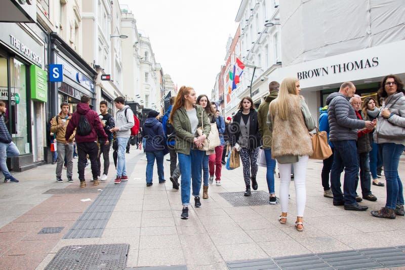 La gente che cammina su Grafton Street, Dublino, Irlanda fotografia stock libera da diritti