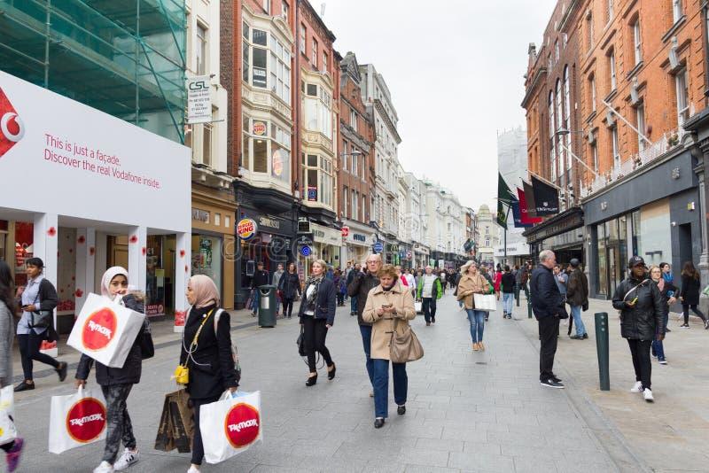 La gente che cammina su Grafton Street, Dublino, Irlanda immagini stock