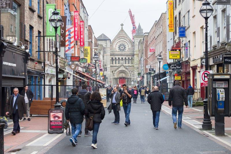 La gente che cammina su Grafton Street, Dublino, Irlanda fotografie stock libere da diritti