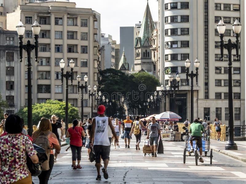 La gente che cammina su Santa Ififenia Viaduct a Sao Paulo del centro fotografie stock libere da diritti