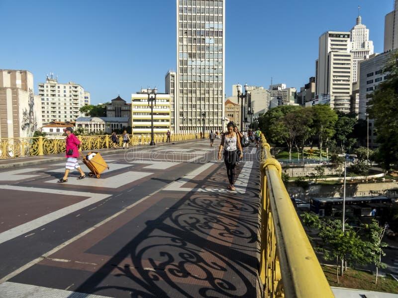 La gente che cammina su Santa Ififenia Viaduct a Sao Paulo del centro fotografia stock libera da diritti