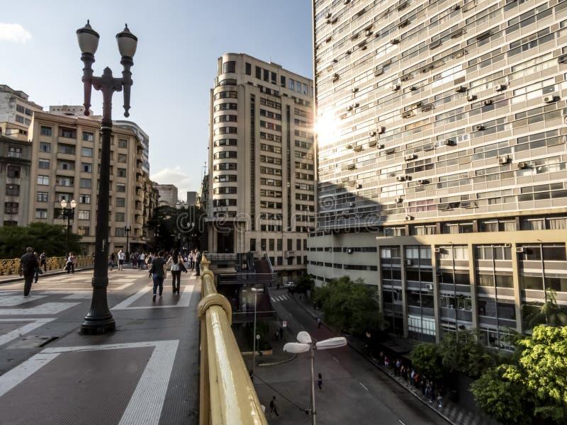 La gente che cammina su Santa Ififenia Viaduct a Sao Paulo del centro immagini stock