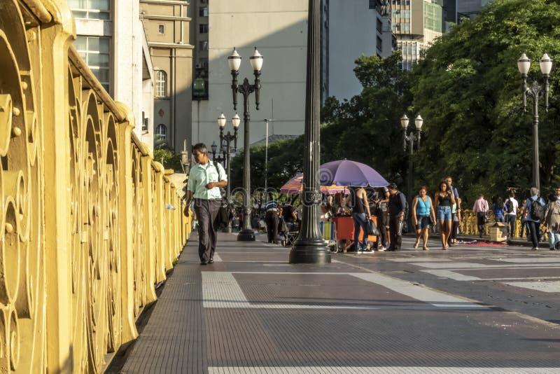 La gente che cammina su Santa Ififenia Viaduct a Sao Paulo del centro immagine stock libera da diritti