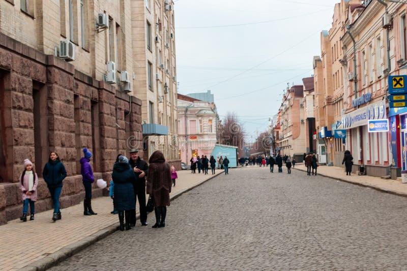 La gente che cammina sul viale pedonale in città pubblica parcheggia fotografia stock libera da diritti