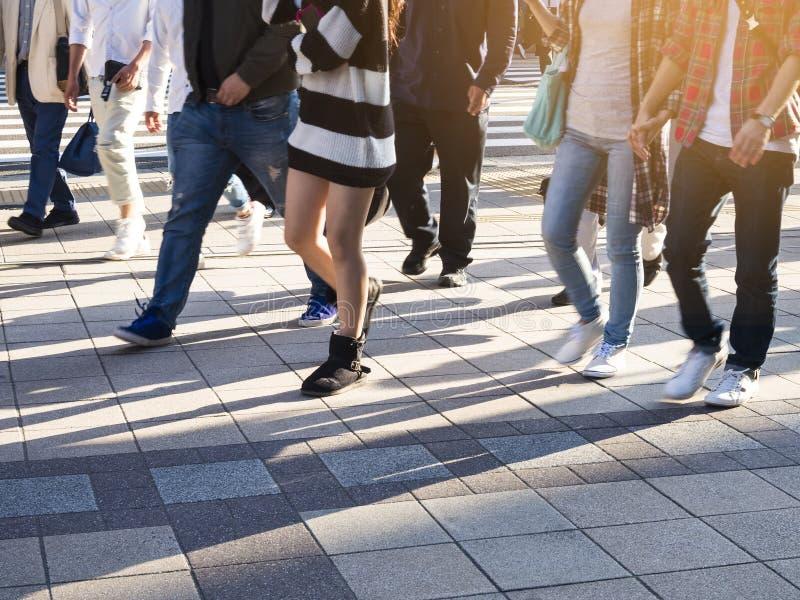 La gente che cammina sulla città urbana del marciapiede della via fotografia stock libera da diritti