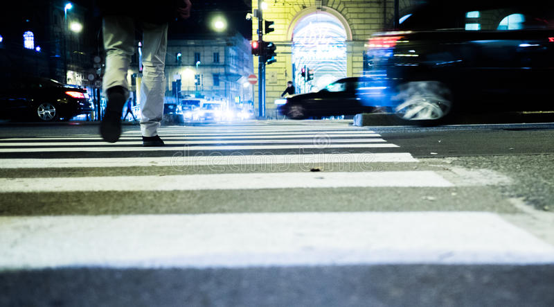 La gente che cammina sulla via alla notte a Torino Italia fotografia stock libera da diritti