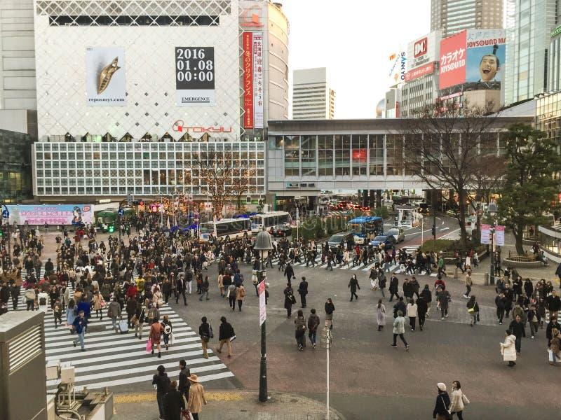 La gente che cammina sulla via alla stazione di Shibuya a Tokyo, Giappone immagini stock libere da diritti