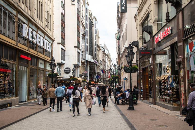 La gente che cammina sulla via di utca di Vaci immagine stock libera da diritti