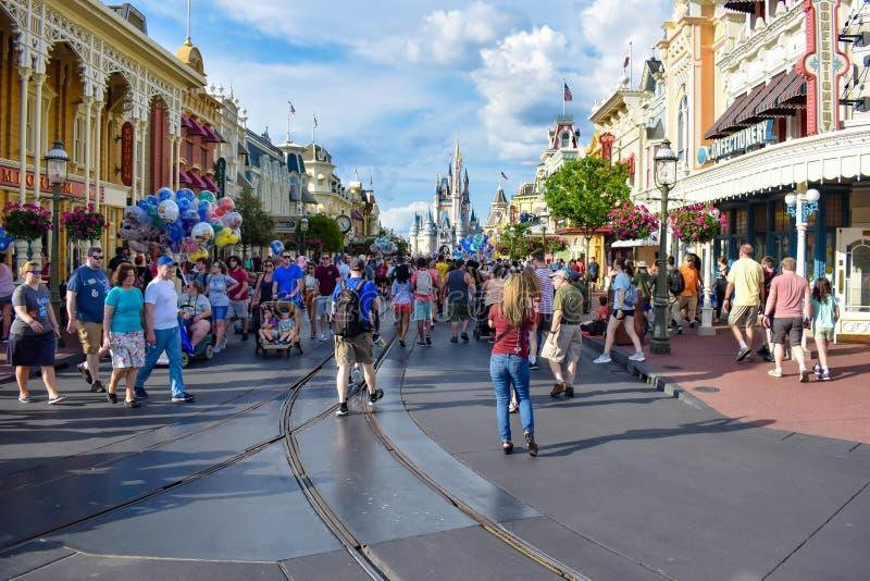 La gente che cammina sulla via principale e sui palloni variopinti nel regno magico a Walt Disney World fotografia stock libera da diritti