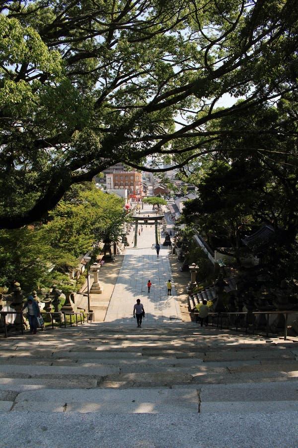 La gente che cammina sulle scale a Hofu Tenmangu shrine in Yamaguch fotografie stock libere da diritti