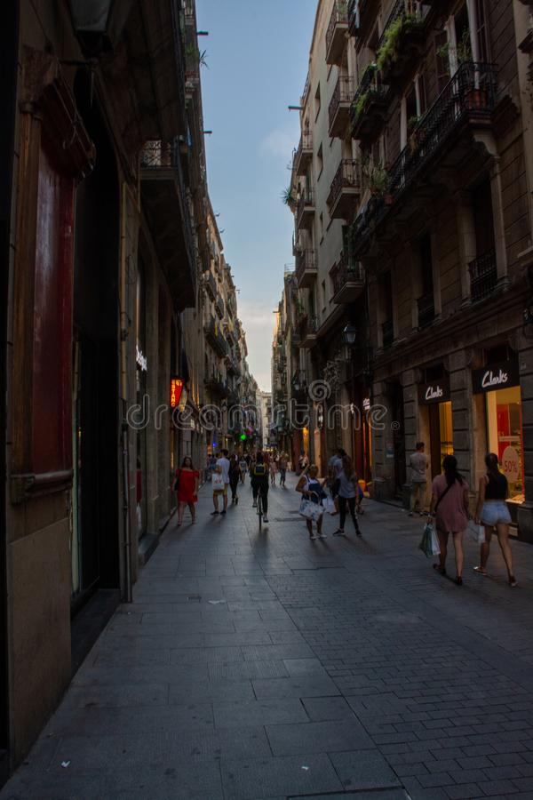 La gente che cammina tramite una via di Barcellona fotografie stock