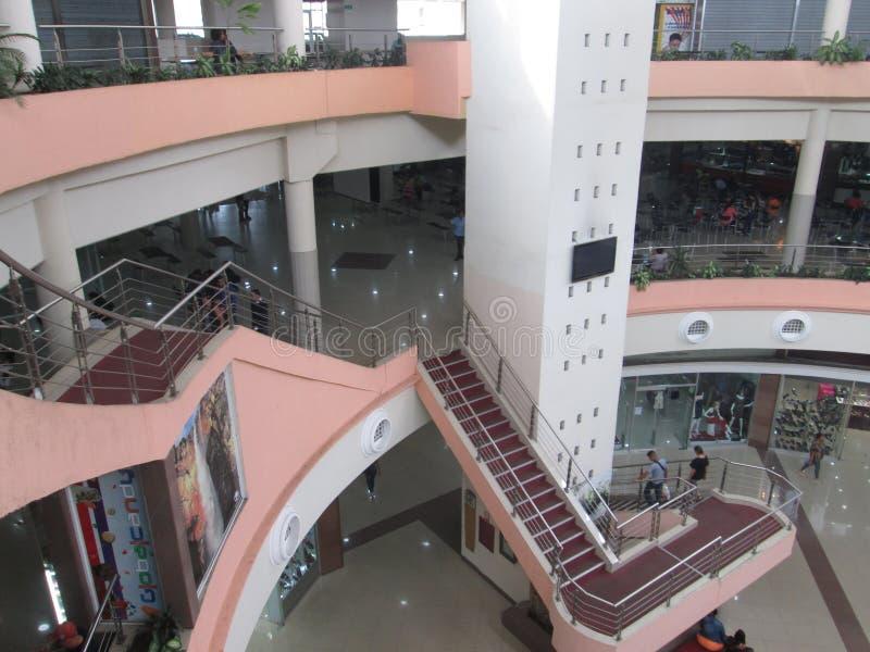 La gente che cammina in un centro commerciale della città di Puerto Ordaz venezuela 22 aprile 2017 fotografia stock