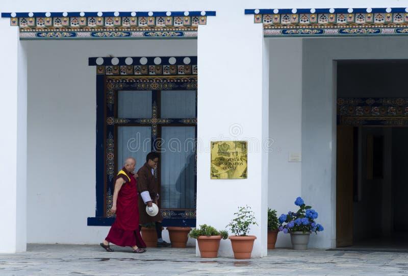 La gente che cammina in vestito tradizionale fotografie stock