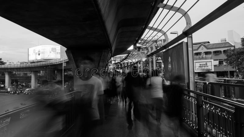 La gente che cammina in Victory Monument fotografia stock libera da diritti