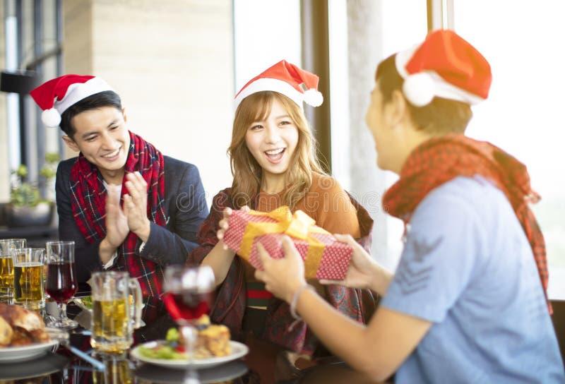 la gente che celebra e che dà regalo per natale immagini stock libere da diritti