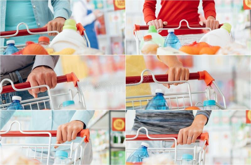 La gente che compera al supermercato fotografia stock