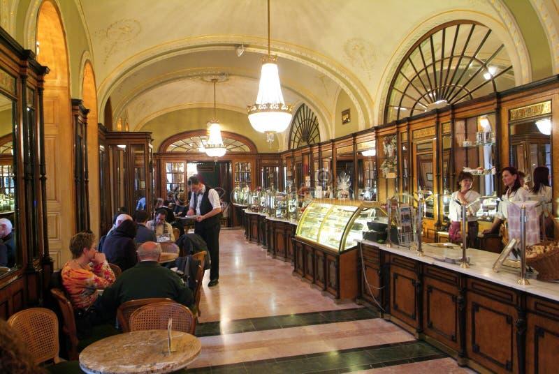 La gente che compera e che mangia nel negozio famoso del coffe di Gerbeaud fotografie stock