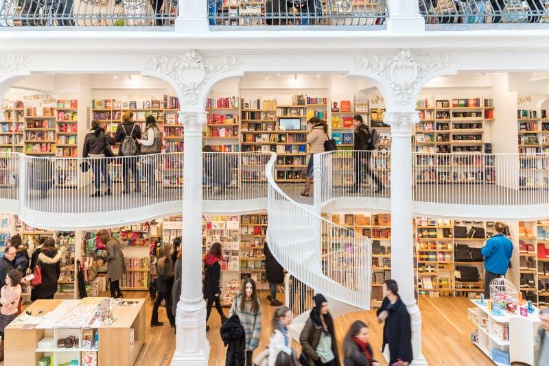 La gente che compera per i libri della letteratura nel centro commerciale delle biblioteche fotografie stock libere da diritti