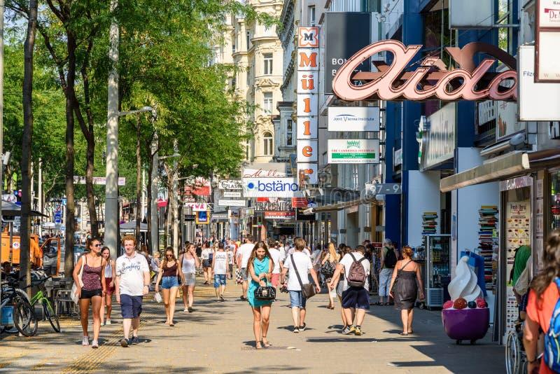 La gente che compera sulla strada dei negozi di Mariahilferstrasse di Vienna fotografie stock