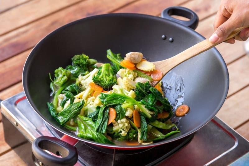 La gente che cucina e che mescola alimento cinese capcay immagini stock libere da diritti