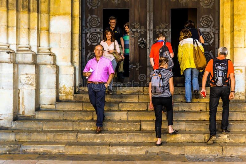 La gente che entra in una chiesa a Oporto immagini stock libere da diritti