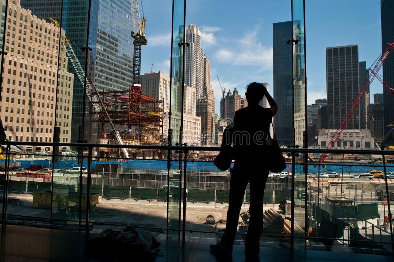 La gente che esamina commercio mondiale fotografia stock