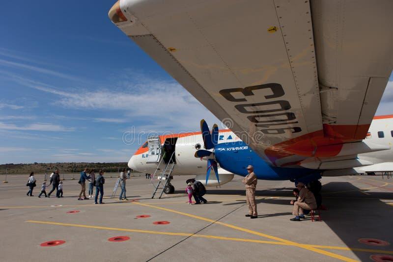 La gente che esamina gli aerei RadarNPP Ilyushin Il-114 fotografia stock libera da diritti