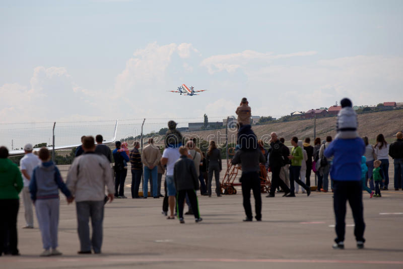 La gente che esamina gli aerei RadarNPP Ilyushin Il-114 prende immagini stock libere da diritti