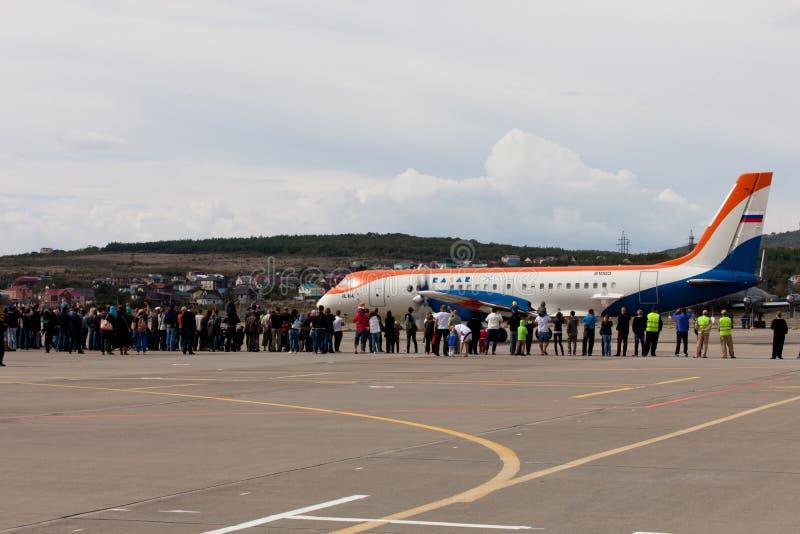 La gente che esamina la preparazione di RadarNPP Ilyushin Il-114 degli aerei fotografie stock libere da diritti