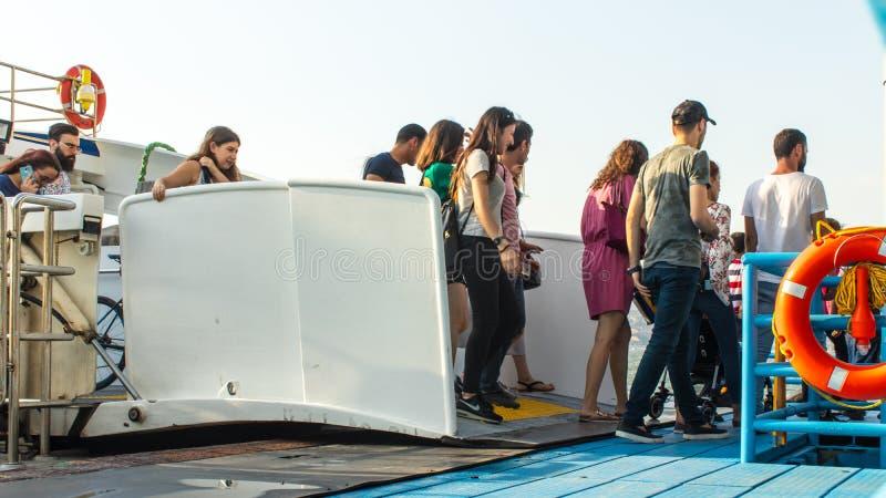 La gente che esce dalla nave a vapore al porto del alsancak fotografie stock