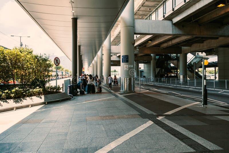 La gente che esce o che aspetta fuori dell'aeroporto fotografia stock libera da diritti