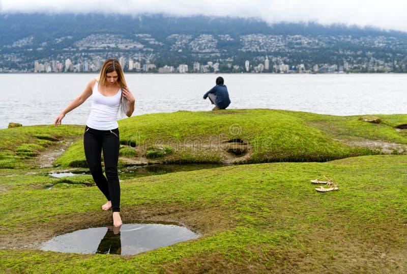 La gente che esplora la zona intercotidale di Vancouver, Britannici Colum fotografie stock libere da diritti