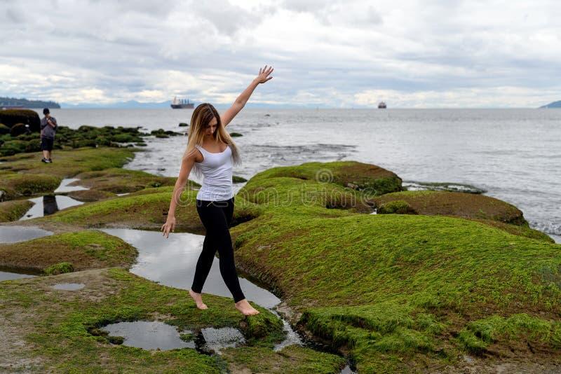 La gente che esplora la zona intercotidale di Vancouver, Britannici Colum fotografia stock