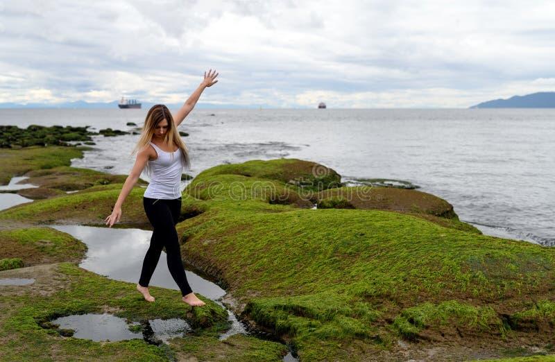 La gente che esplora la zona intercotidale di Vancouver, Britannici Colum fotografia stock libera da diritti